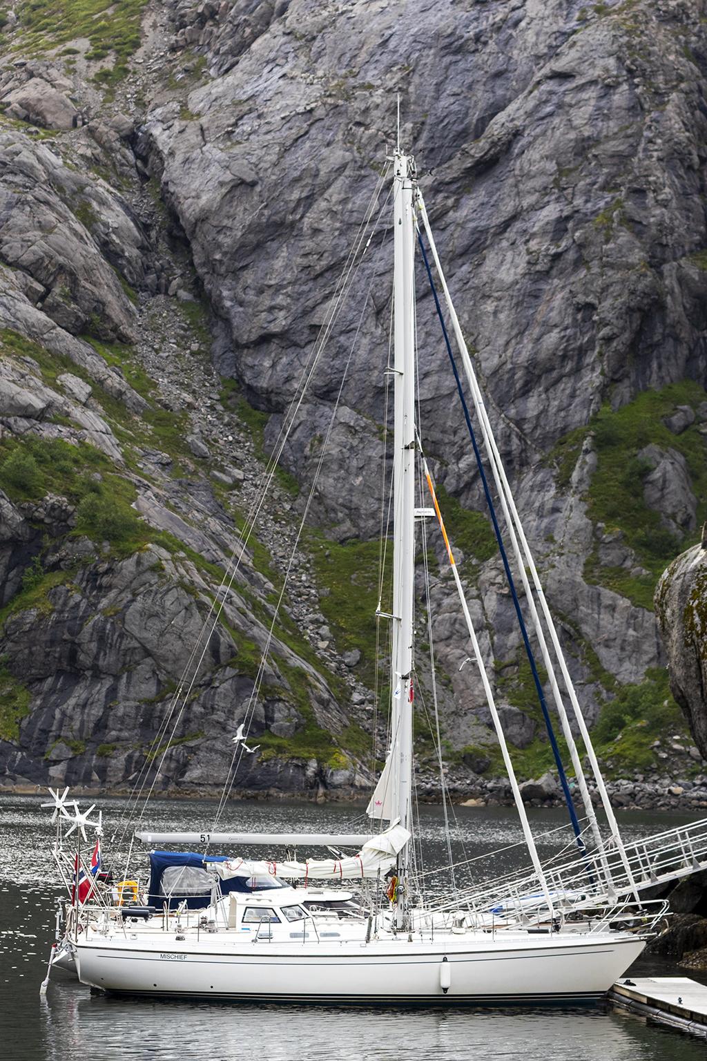 Segelbåt i Nusfjord hamn